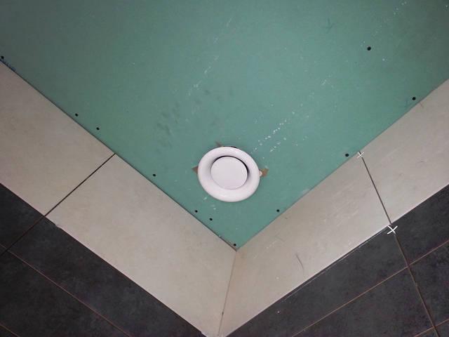 Клапан для оттока воздуха в санузле (естественная и механическая вентиляция). Клапан регулируется до полного закрытия.