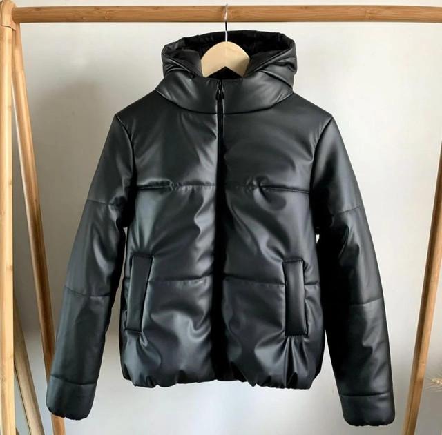 Женская укороченная теплая зимняя куртка из эко-кожи с карманами