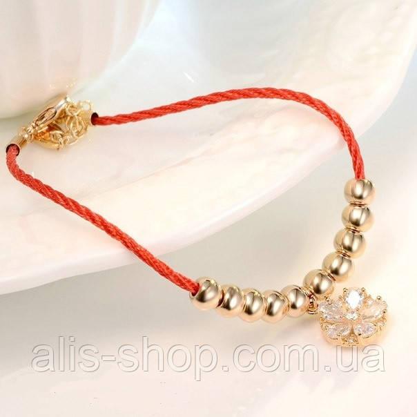 Нарядный сияющий жгут ― браслет в цветочном дизайне с золотистыми игривыми нотками и цветком из кристаллов.