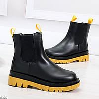 Стильные удобные демисезонные черные женские ботинки челси с желтым декором, фото 1