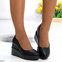 Практичные женственные актуальные черные женские туфли на танкетке, фото 1