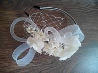 Белый свадебный обруч с цветами