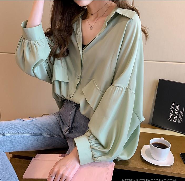 Шелковая блузка свободного кроя с объемными рукавами