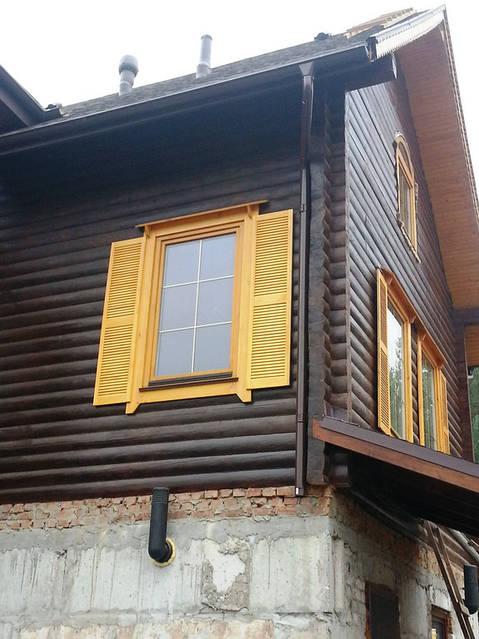 Вентиляция подвала (цоколя), на крыше вентилятор для кухонной вытяжки, а также естественная вентиляция септика (вентиляционный выход без колпака).