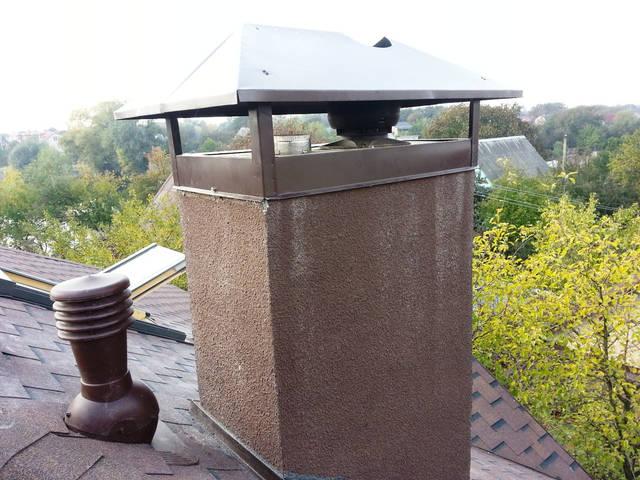 Установка элементов для естественной вентиляции: вентиляционный выход на кровле и вентиляционный выход на кирпичном дымоходе.