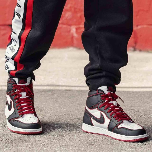 женские баскетбольные Jordan 1 Retro черный белый красный кожа на ноге