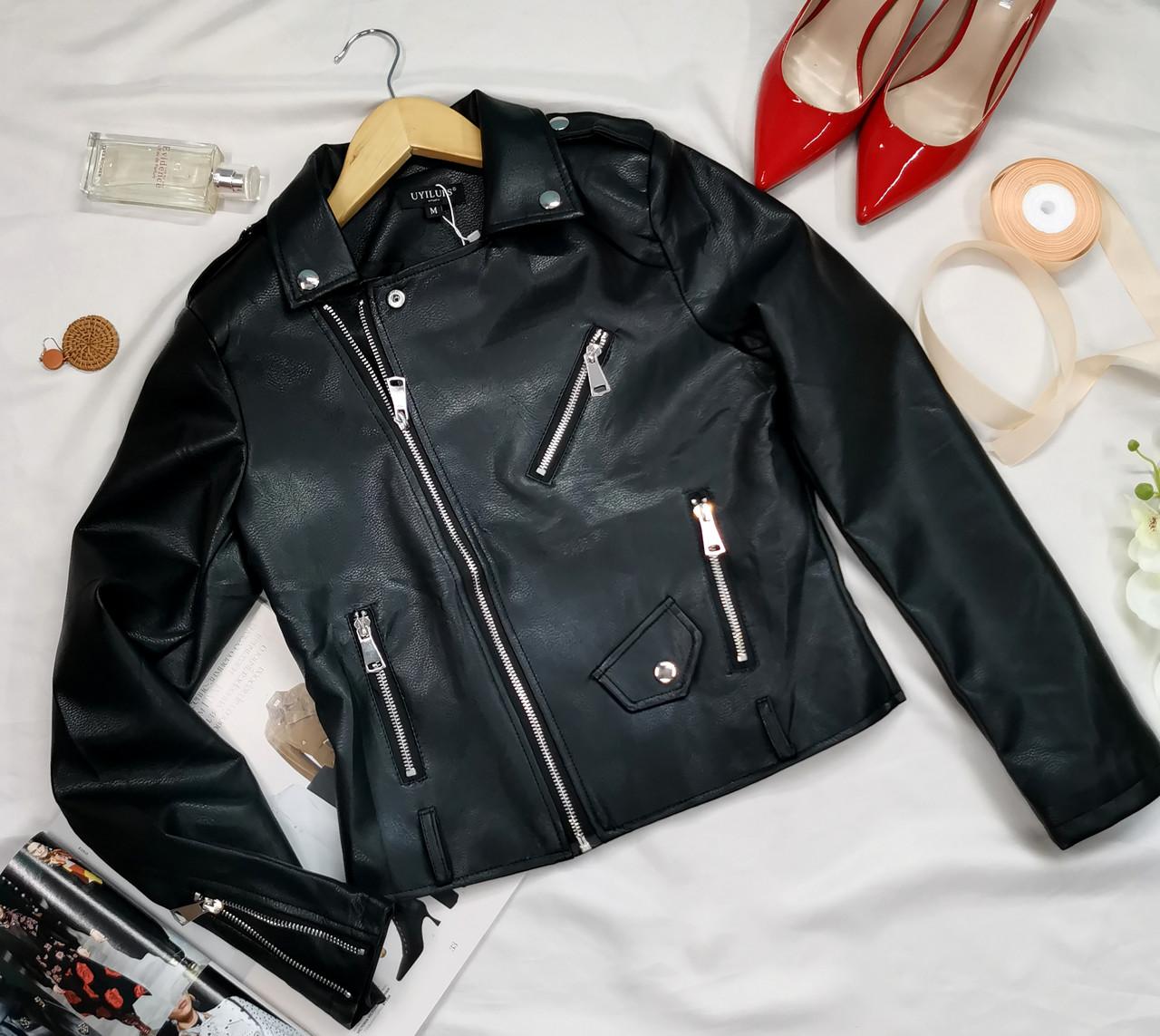 Коротка жіноча куртка косуха чорна