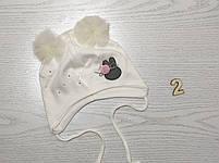 Шапка трикотажная для девочек на завязках с фатиновимы помпонами Размер 42-44 см Возраст 3-7 месяцев, фото 3