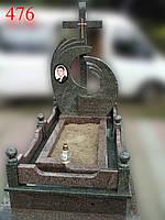 Памятник из зеленого и красного гранита с оградой, фото 1