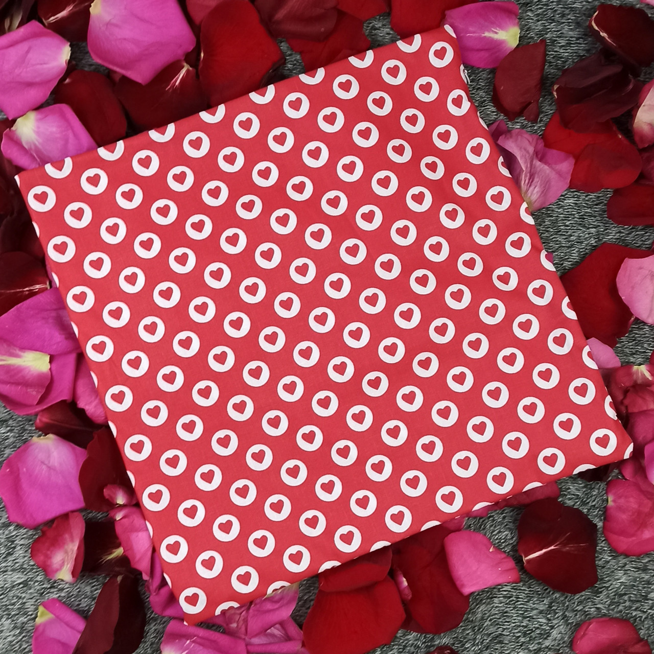 Наволочка, 35*35 см, (хлопок), (красные сердечки в белых кружочках на красном)
