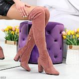Очаровательные женственные замшевые женские ботфорты в модном оттенке темная пудра, фото 7