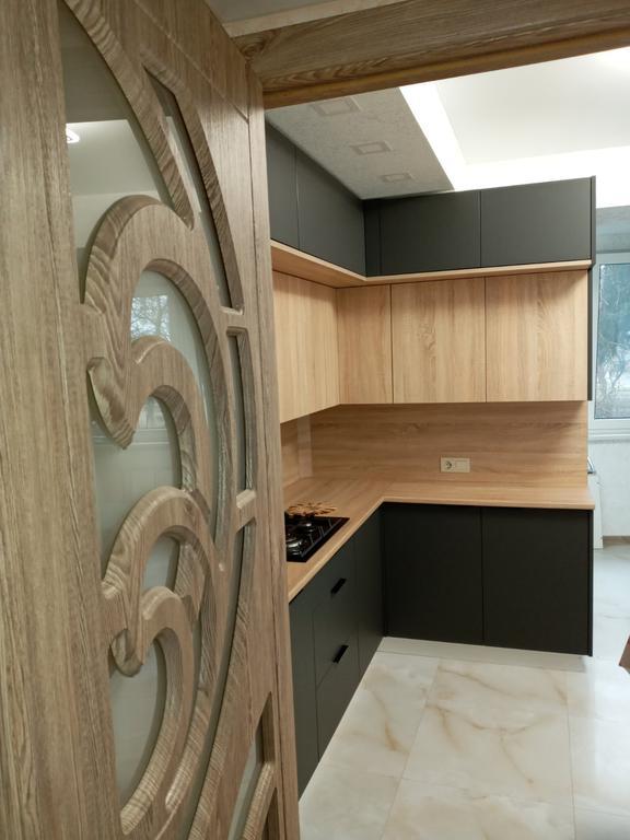 Встроенная двухуровневая угловая кухня лоджия 2,58*1,0*1,3 м
