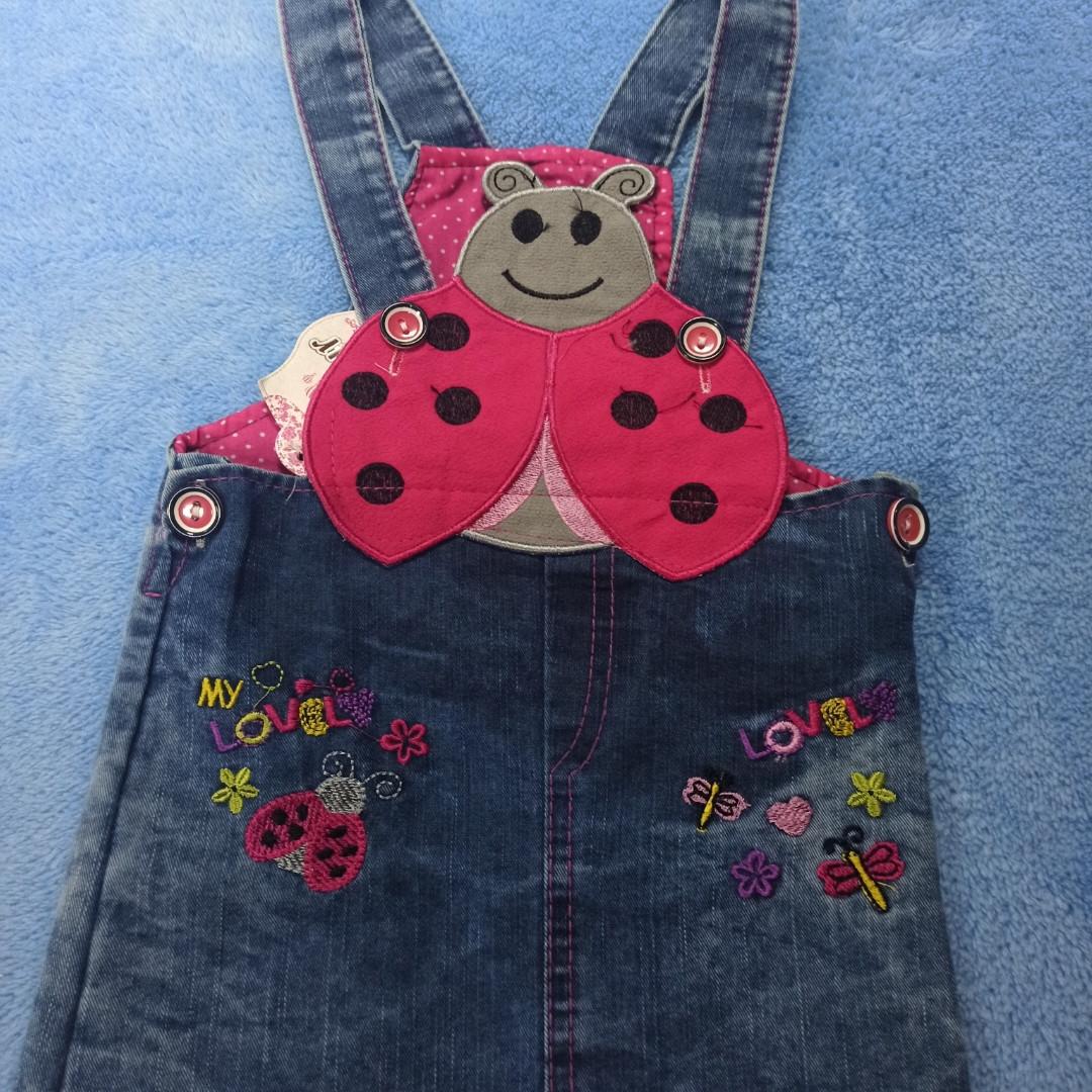 Сарафан джинсовый модный. красивый нарядный оригинальный для девочки. Украшение аппликация и вышивка.