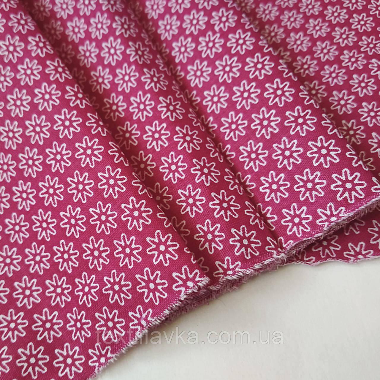 Ткань хлопок для рукоделия цветочки на темно-розовом