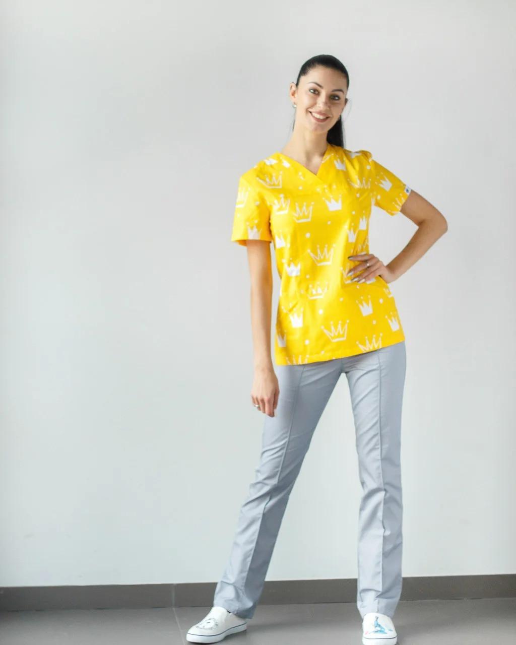 Медицинский женский костюм Топаз принт короны желтые