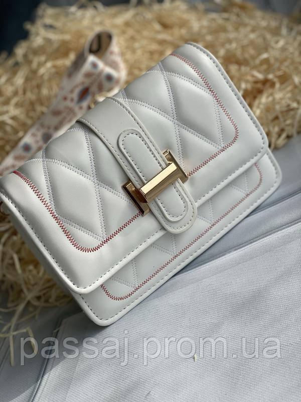 Стильна біла сумка-клатч на широкій шлеї в малюнок