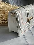 Стильна біла сумка-клатч на широкій шлеї в малюнок, фото 5
