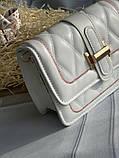 Стильна біла сумка-клатч на широкій шлеї в малюнок, фото 7