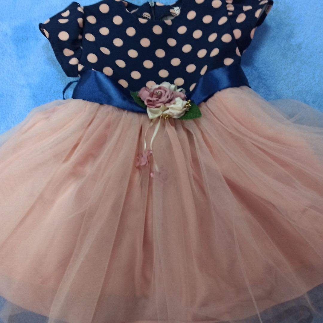Модное нарядное красивое платье для девочки с пышной юбкой.