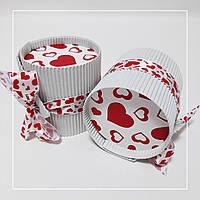 Коробка кругла белая  с сердцами красная