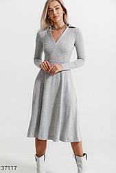 Уютное платье миди с расклешенной юбкой серое