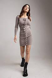 Стильное приталенное платье с открытыми плечами и шнуровкой в 6 разных цветах в размерах S/M, M/L.