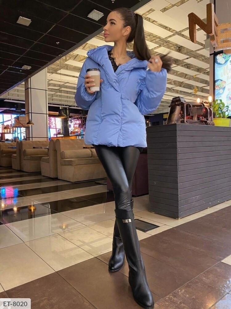 Куртка женская на молнии с кнопками и объемным капюшоном