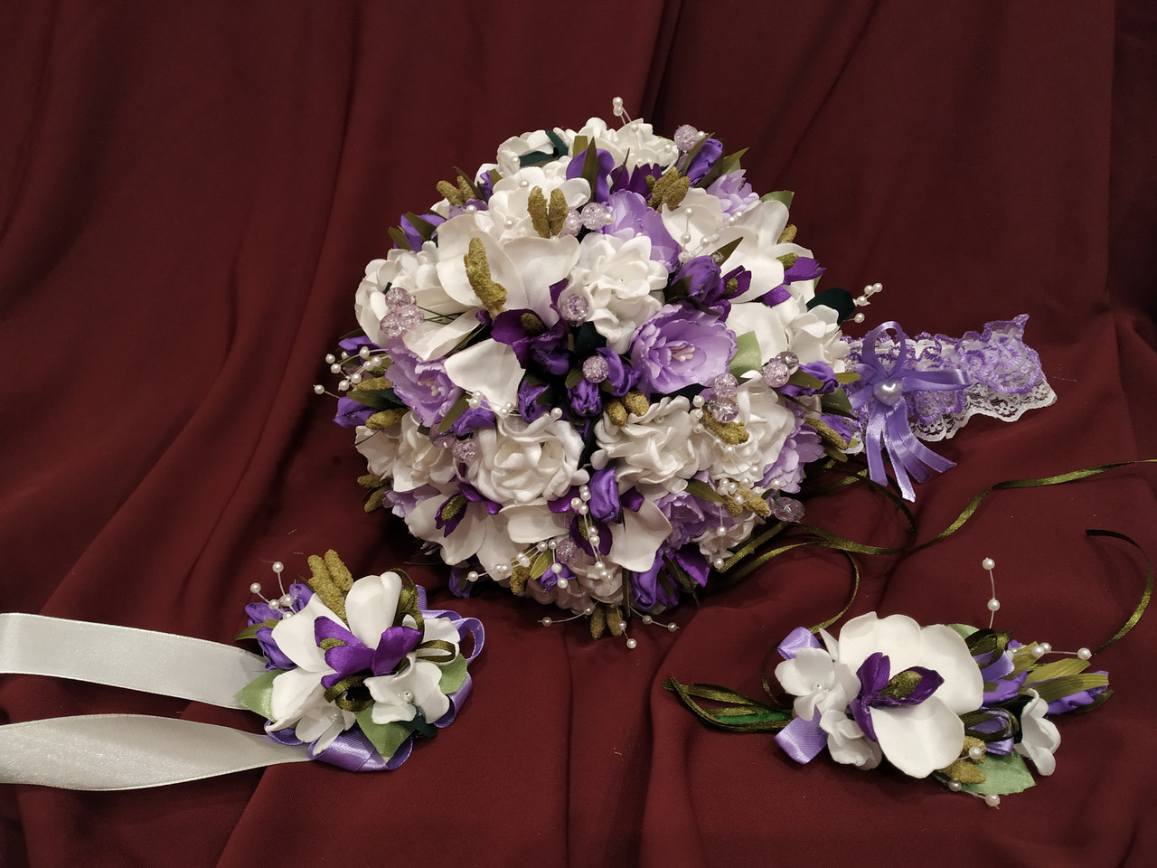 Набор свадебных аксессуаров в сиреневом цвете (букет-дублер, бутоньерки, подвязка)