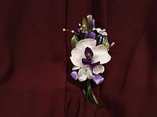 Бутоньерка свадебная из орхидеи молочная с фиолетовым