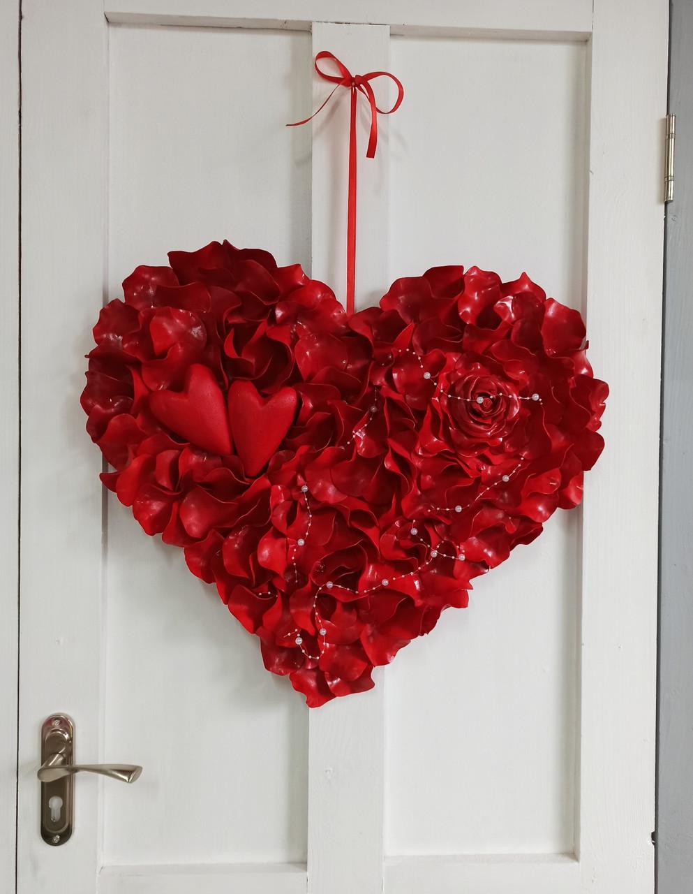 Декоративне червоне серце з пелюсток троянд 60 см