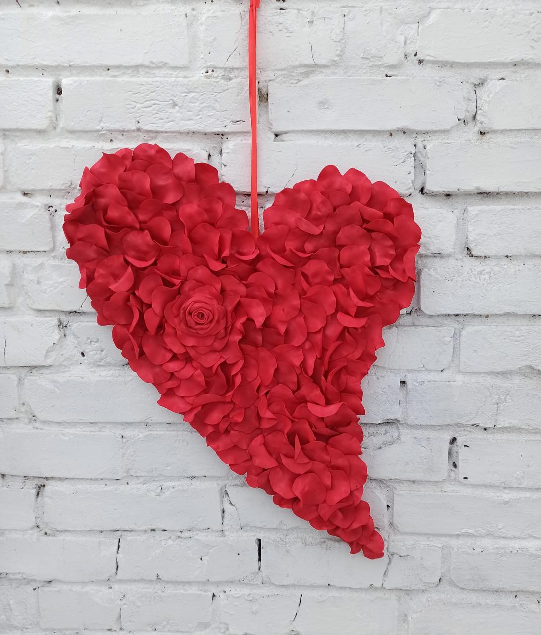 Декоративне червоне серце з пелюсток троянд