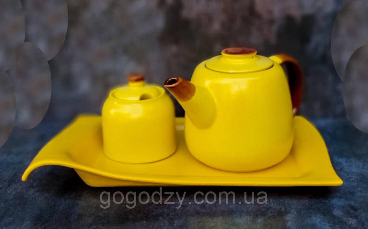 Чайник з цукрницею на таці жовтого кольору