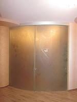 Матовая стеклянная радиусная перегородка с раздвижными двустворчатыми дверями с рисунком