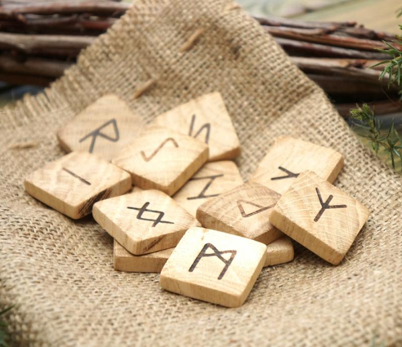 9160245 Набір дерев'яних рун для ворожіння з анотацією Горіх