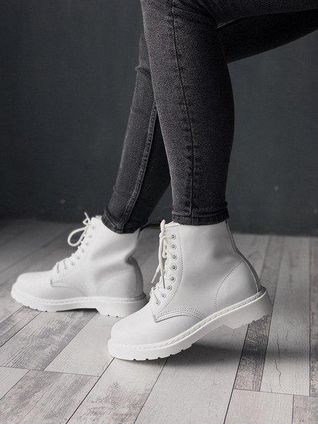 Жіночі зимові черевики Dr. Martens білі на хутрі