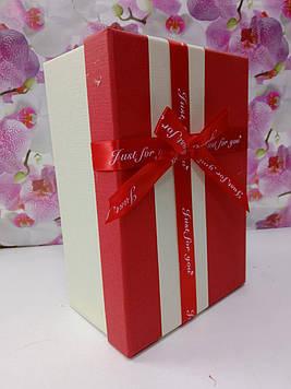 Подарочная коробочка прямоугольная бежевая с красной крышкой с  бантом