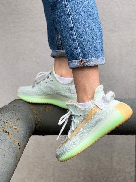 Жіночі кросівки Adidas Yeezy Boost 350 V2 Hyperspace з текстилю