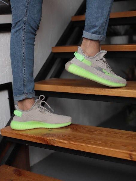 Серые стильные кроссовки Adidas Yeezy Boost