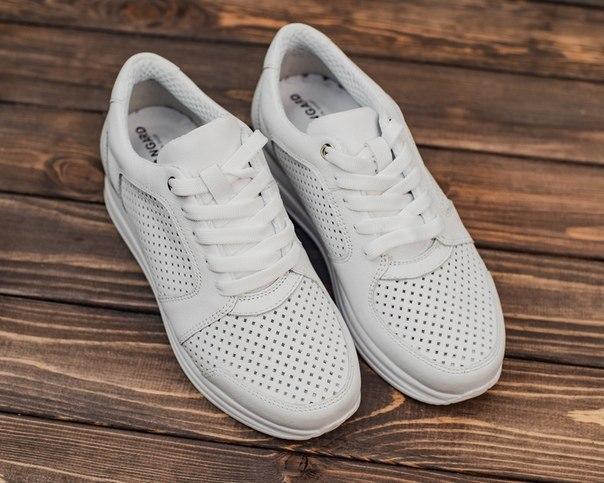 Женские кожаные белые кроссовки с перфорацией