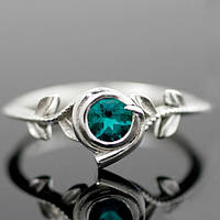 Уникальное серебряное обручальное кольцо с изумрудом от WickerRing