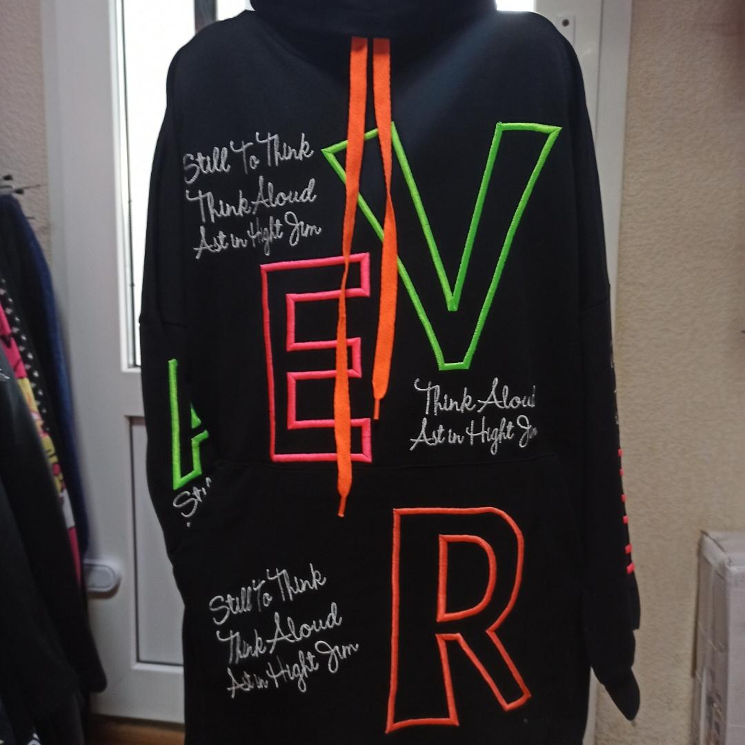 Худи модное нарядное оригинальное красивое чёрного цвета с яркими надписями и карманом- кенгуру.