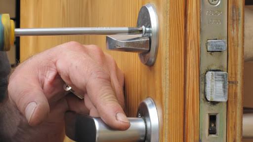 Как поменять замок входной двери