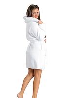 Белоснежный махровый женский халат с капюшоном короткий на запах