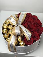 Красные розы с конфетами в круглой шляпной коробке №30