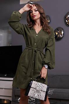 Прямое замшевое платье под пояс с пышными рукавами зеленое + пояс