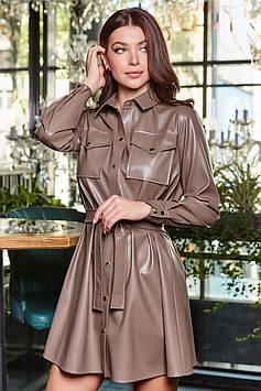 Эффектное платье из экокожи с накладными карманами цвет: мокко