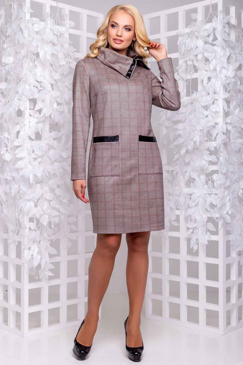 Повседневное приталенное платье из замша воротник хомут с кожаными вставками, коричневая клетка