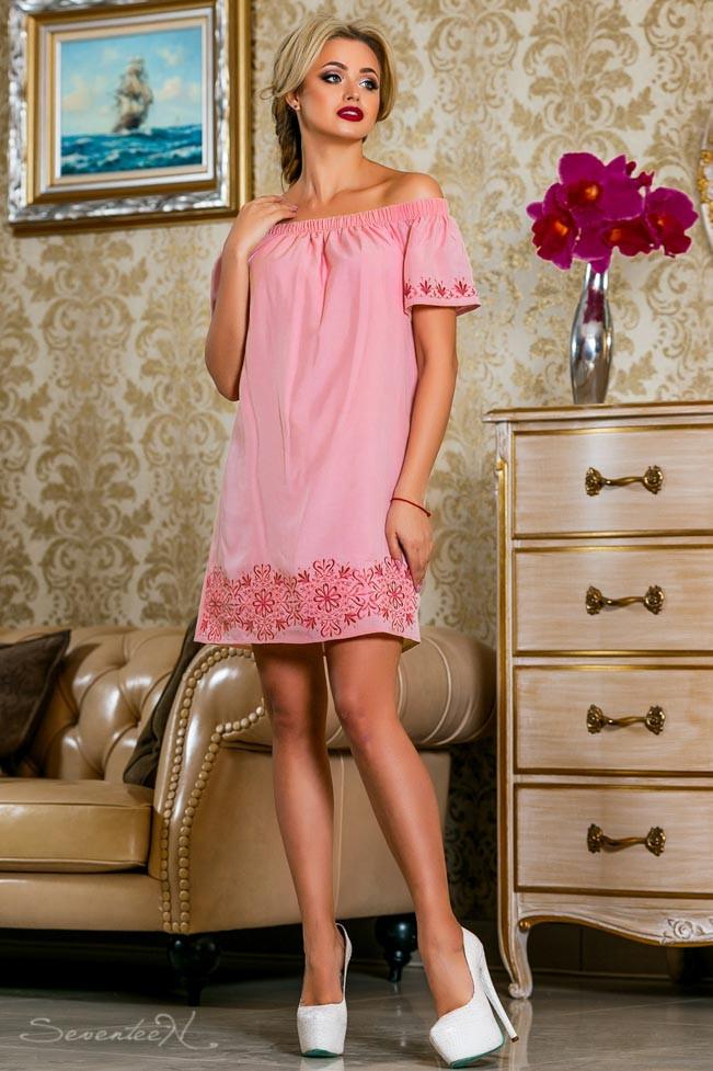 Короткое летнее платье с открытыми плечами розовый поплин с нежной вышивкой