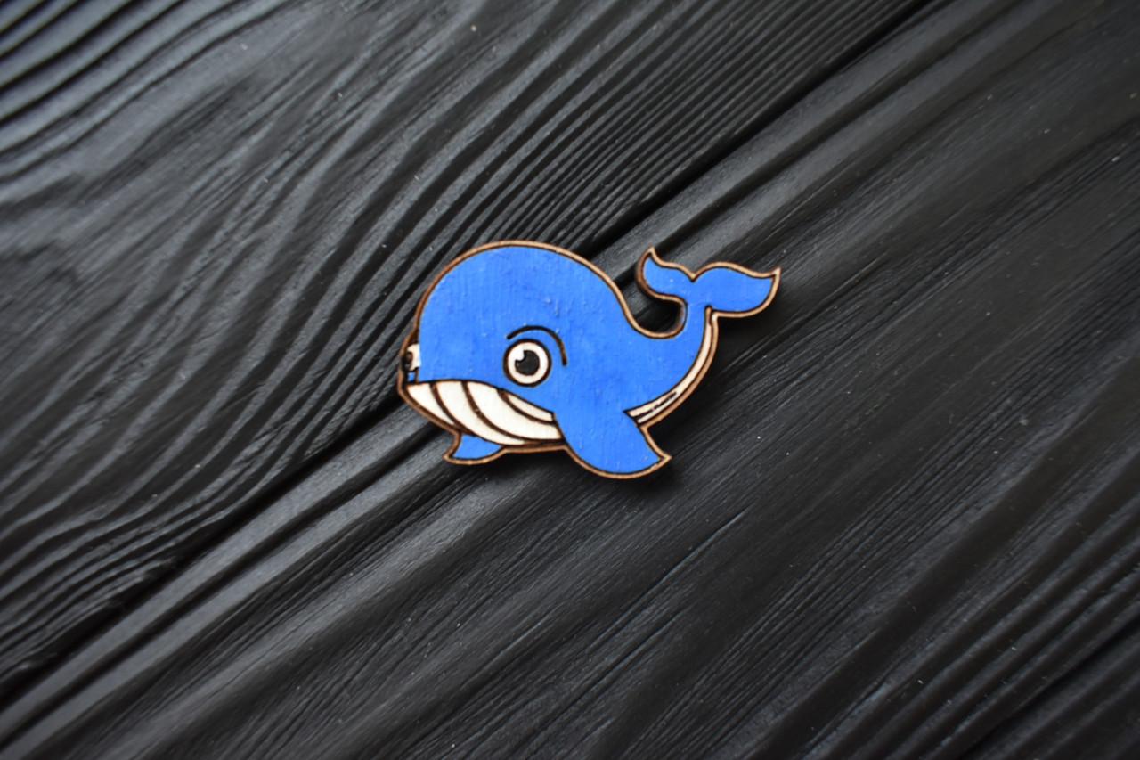 """Значок из дерева на одежду """"Синий кит"""", пин из фанеры, брелок ручная роспись, брошь из дерева"""