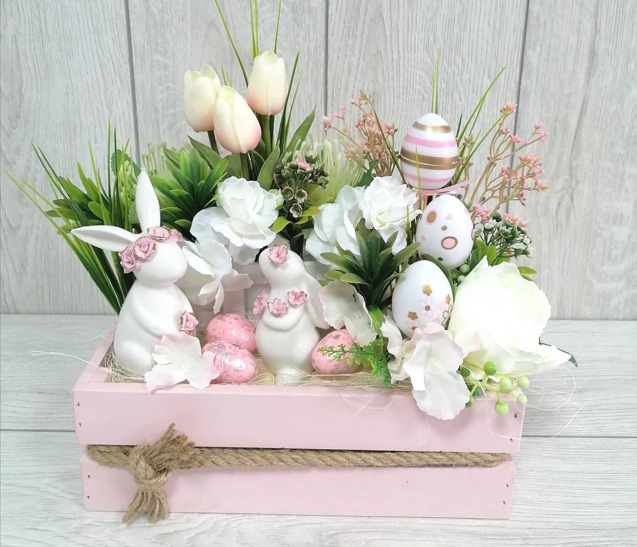 Великодня композиція в дерев'яному ящику з двома зайчатами